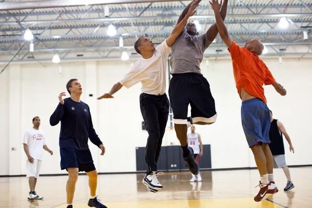El presidente juega al baloncesto con Reggie Love, su exasistente personal, en Washington, en mayo del 2010.