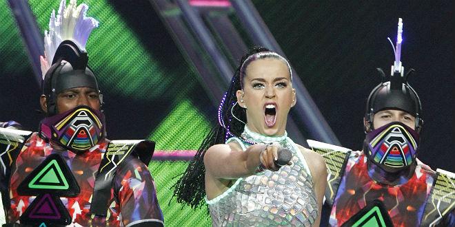 Katy Perry cau de l'escenari a sobre d'un fan