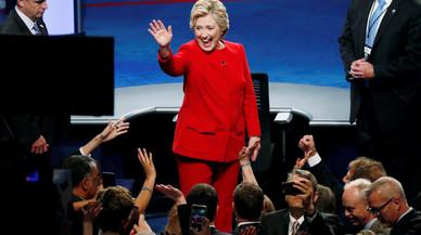 Clinton saluda al p�blico al final del debate con Trump, en Nueva York.
