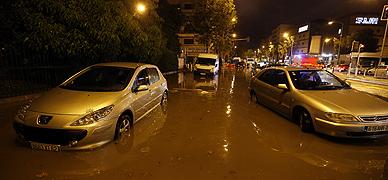 Coches atrapados en las calles inundadas de Niza