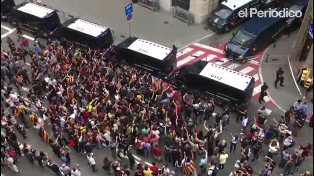 Uns 350 estudiants increpen la Policia Nacional a Barcelona