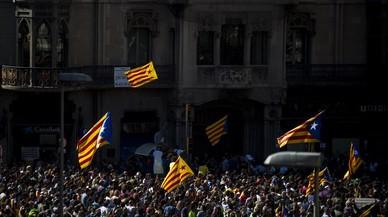 Concentración frente la Conselleria d'Economía i Finances de la Generalitat en la Rambla Catalunya.