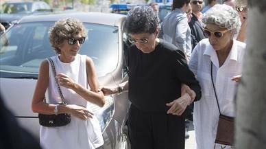 Elena Barraquer (a la izda., de blanco) acompa�a a su madre, Mariana Compte (en el centro, de negro) tras el funeral por el doctorJoaquim Barraquer en el tanatorio de Sant Gervasi, este domingo.