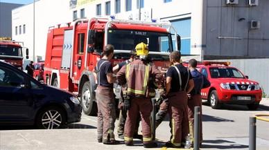 Un grupo de bomberos en el exterior de la f�brica Gamo.