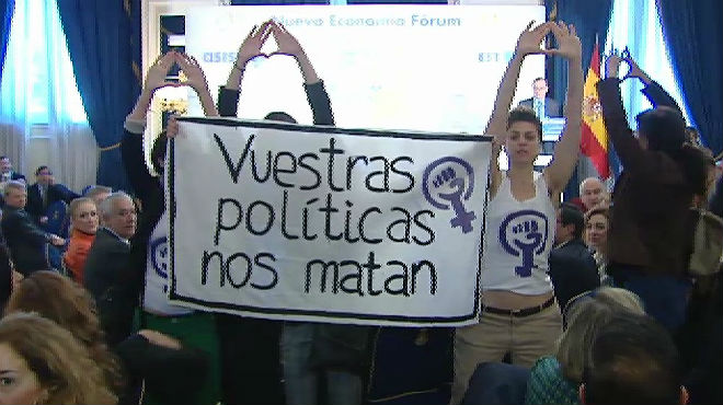 Un grupo feminista intenta boicotear un acto del ministro de Sanidad