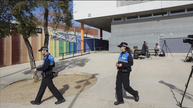 Dos policías locales de L'Ametlla del Vallès pasan frente al instituto Eugeni Xammar.