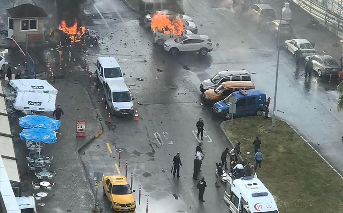 Dos morts per un cotxe bomba a la ciutat turca d'Esmirna