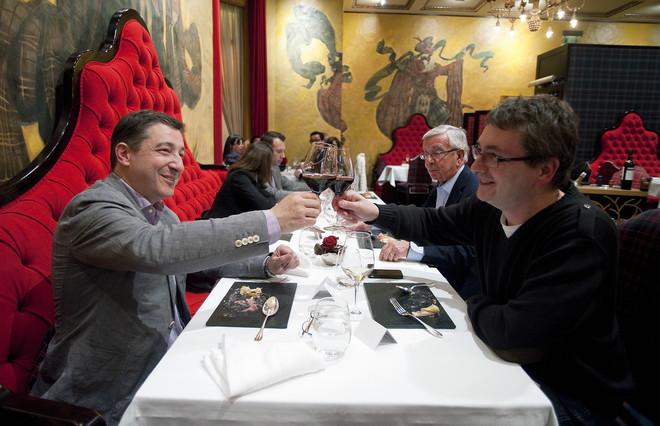 Joan Roca yAndoniAduriz brindan durante una comida previa a la gala 50 Best de la revista 'Restaurant', en el 2012.