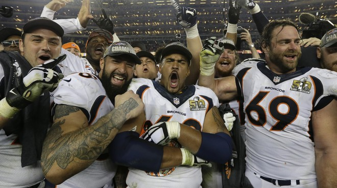 Jugadores de los Broncos celebran la victoria que les convierte en campeones de la Super Bowl 50.