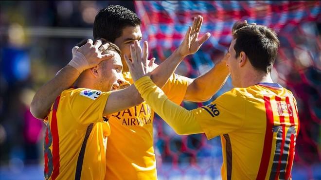 Los jugadores del Bar�a se abrazan tras el primer gol