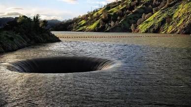 Espectaculars imatges de l'immens forat de l'embassament de Berryessa