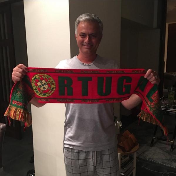 Mourinho felicita a Portugal en pijama