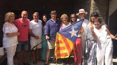 Puigdemont es relaxa amb Rahola, Laporta i altres amics a Cadaqués