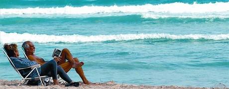 En la playa. Una pareja de jubilados toma el sol en Miami Beach.