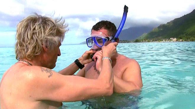 Jesús Calleja y Jorge Javier Vázquez, rodeados de tiburones, en 'Planeta Calleja' (Cuatro).