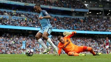 Sterling regatea al portero del West Ham, Adri�n, antes d emarcar su segundo gol y el 3-1 definitivo.