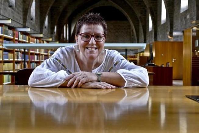 Anna Maria Villalonga té ànima d'escriptora fosca, però la seva cara està permanentment il·luminada per un somriure.