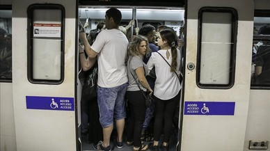 Tancades 2 parades de metro de la L-3 després de detectar un líquid sospitós