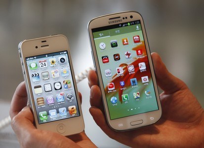 Un Apple iPhone 4Ss y un Samsung Galaxy S III.