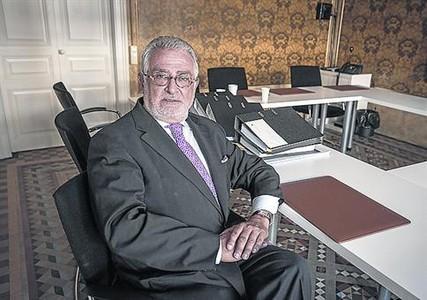 Avanzando 8 De Alfonso posa en la sede del tribunal en Barcelona.