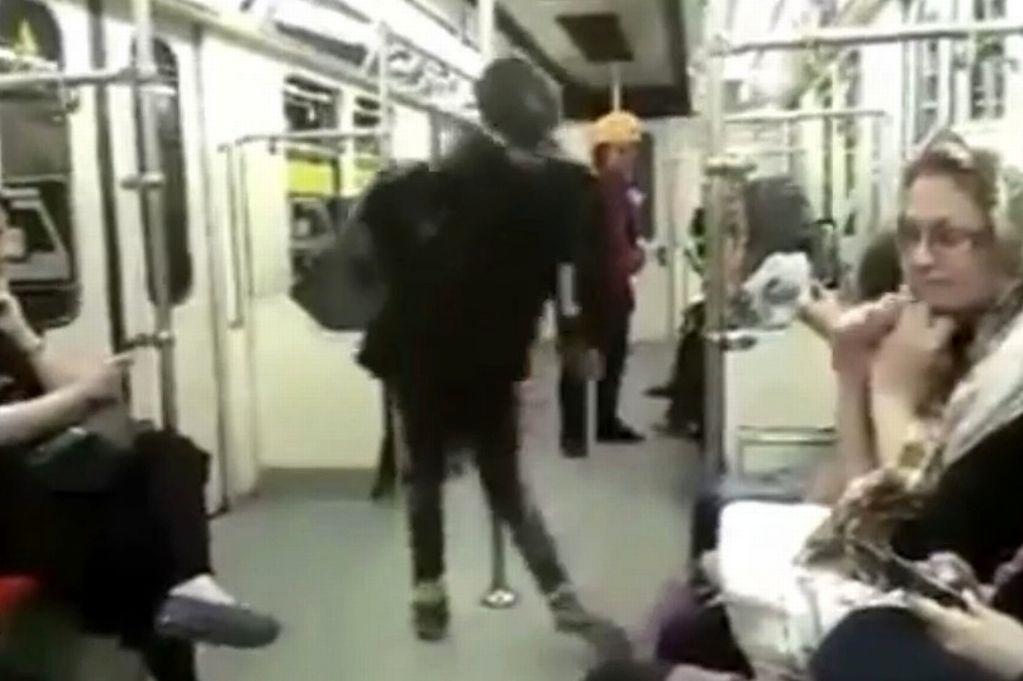 Una mujer iraní baila en el metro de Teherán como protesta