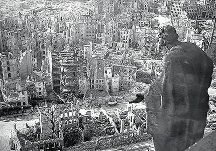 El casco antiguo destruido de Dresde, visto desde el consistorio local, en febrero de 1945.