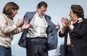 El presidente del Gobierno, Mariano Rajoy, ayer, entre la presidenta del PP valenciano, Isabel Bonig y Rita Barberà, exalcaldesa de Valencia.