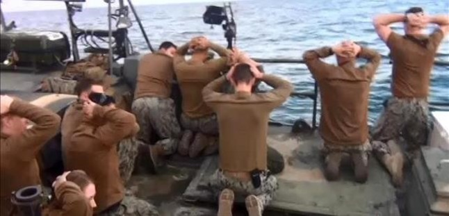 Foto difundida por la agencia estatal irani IRIB de los marinos estadounidenses bajo captura.