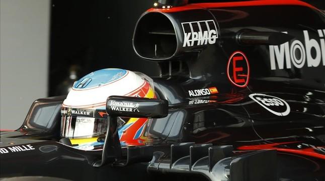 Fernando Alonso deja el garaje de McLaren-Honda en los ensayos de este jueves en Montmeló.