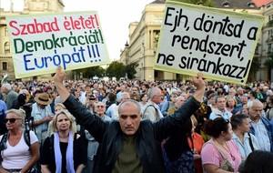 Manifestación opositora, el viernes ante el Parlamento, en Budapest