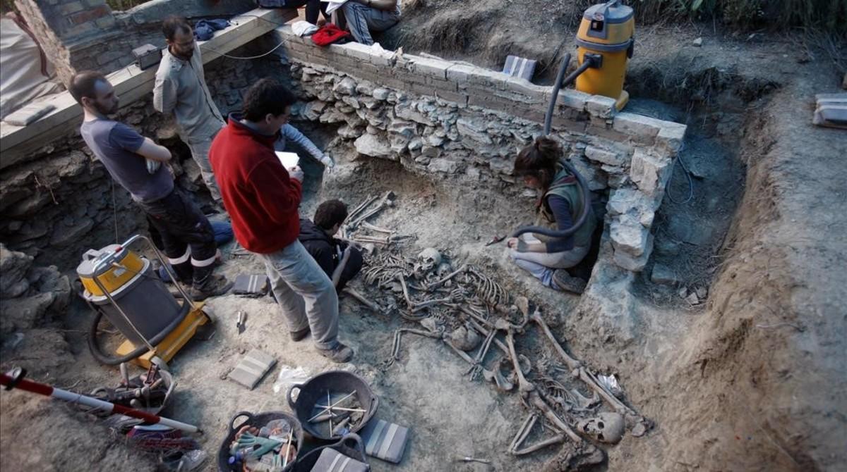 Trabajos de exhumación de una fosa común de la Guerra Civil en Gurb.