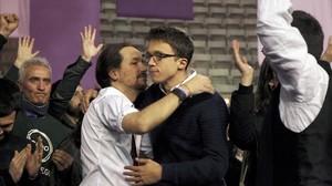 Pablo Iglesias e Íñigo Errejón se dan un frío abrazo, este domingo en el palacio de Vistalegre.