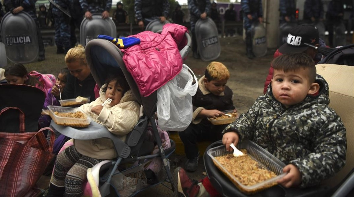 zentauroepp39273922 children eat meals from a soup kitchen during a protest by a170722183231