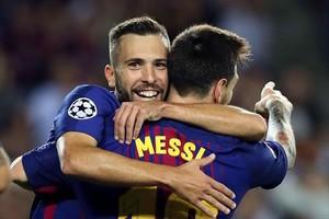 Jordi Alba es felicitado por Messi después de que le diera una asistencia de gol.