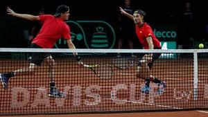 La pareja belga formada por Arthur De Greef y Ruben Bemelmans, durante el partido de dobles contra Australia de semifinales de la Copa Davis.