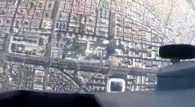 Imatges del salt del paracaigudista durant la desfilada militar.