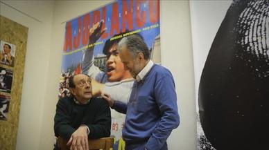Fernando Mir (con barba) y Pepe Ribas, en la nueva redacción y punto de encuentro de la revista 'Ajoblanco', en el barrio de Gràcia.