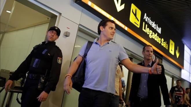 El l�der de Ciudadanos, Albert Rivera, tras aterrizar en Madrid de su viaje a Venezuela.