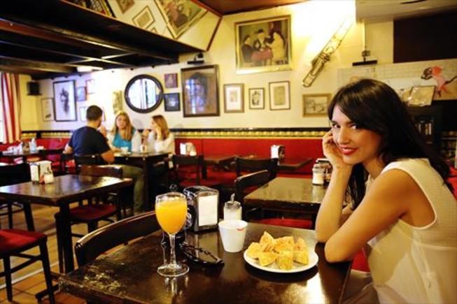Un bar bohemio llamado la taverneta barcelona for Tomar algo en barcelona noche