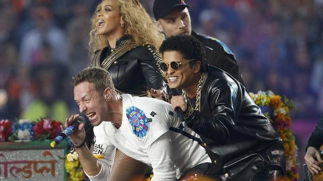 Beyonc�, Chris Martin y Bruno Mars, durante un momento de su actuaci�n en el descanso de la Super Bowl.