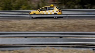 Un coche de autoescuela en la zona del centro de exámenes de Madrid.