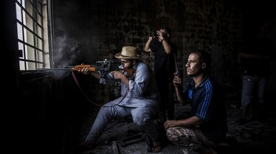 Un francotirador de Misrata dispara hacia posiciones de estado isl�mico en Sirte, Libia.
