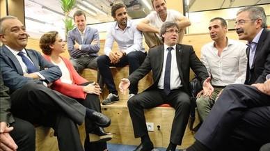 Puigdemont, centro, y Colau, izquierda, conversan con emprendedores.