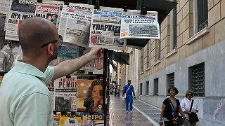Un hombre ojea la prensa este mi�rcoles en Atenas.