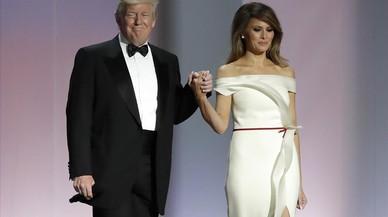 Melania Trump dona el vestido de su primer baile presidencial