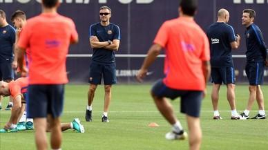 Luis Enrique observa el entrenamiento del Bar�a antes de viajar a Vigo.