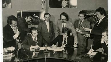 Montal, en una renovación de contrato de Cruyff, tras el cual aparecen Joan Granados y Laureano Ruiz, rodeados de varios periodistas.