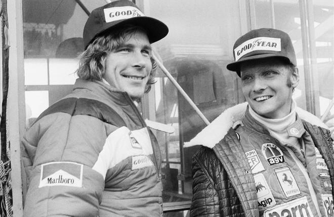 Niki Lauda (derecha) junto a James Hunt.