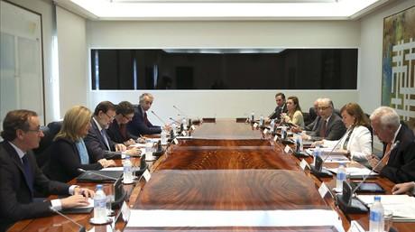 Rajoy (tercero por la izquierda) con el resto de miembros de la Comisi�n de Asuntos Econ�micos, este lunes en la Moncloa.