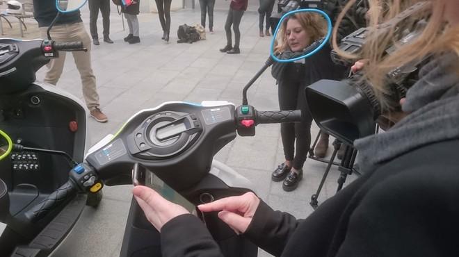 Un usuario prueba la moto de Cooltra.
